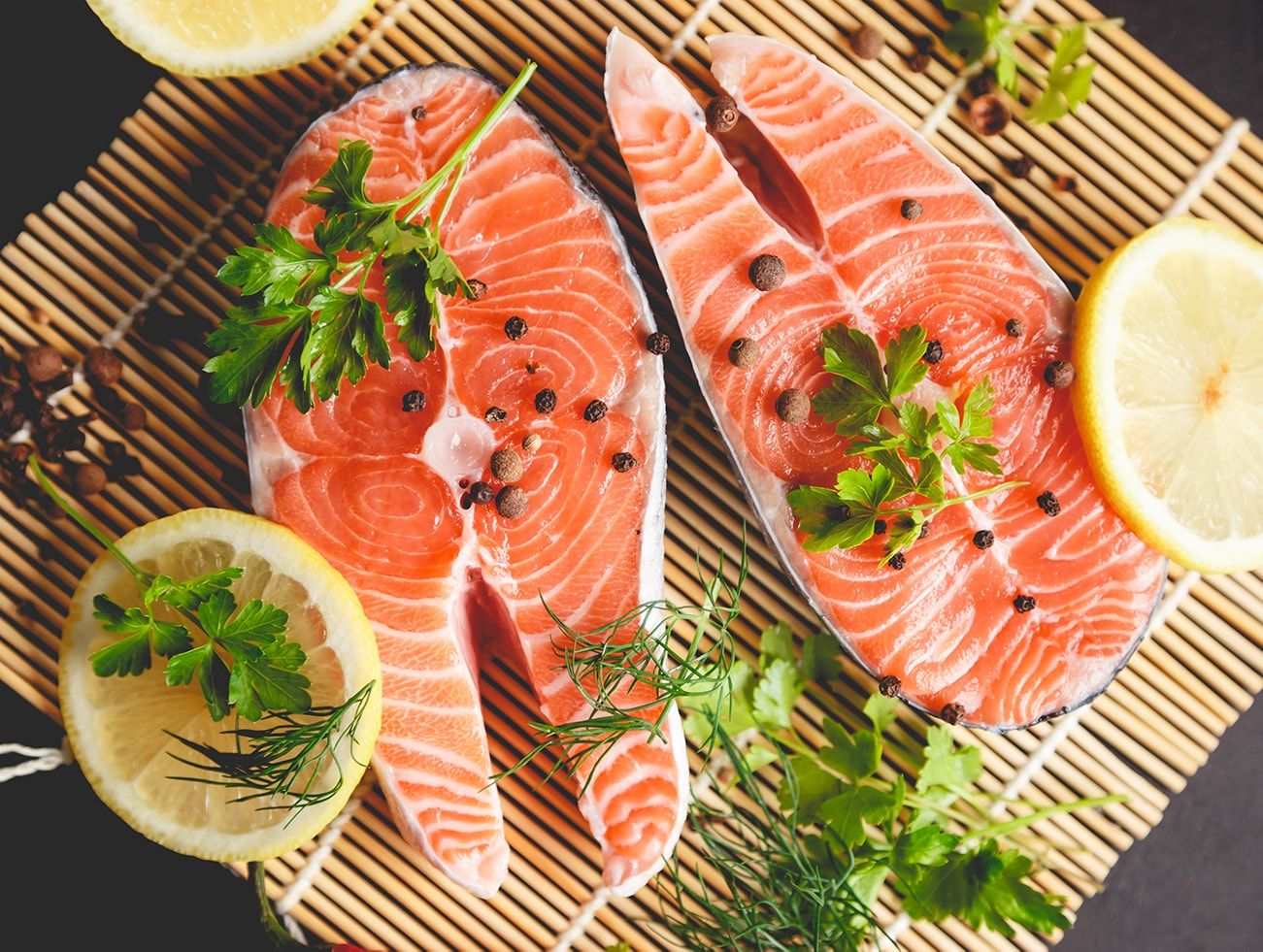 salmon-steaks-with-lemon-and-spices-close-up-view-1300×979-min